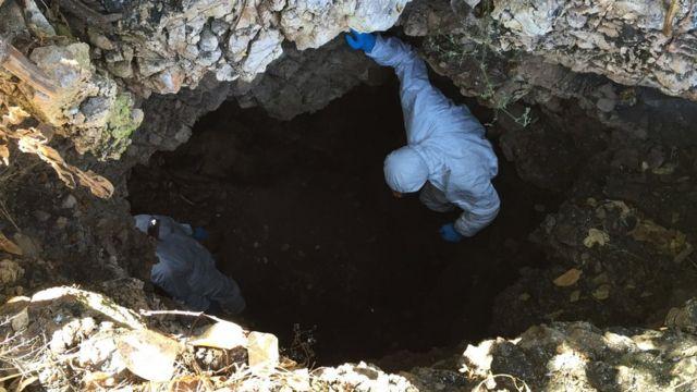科学家穿上全套个人防护装备进入洞穴。